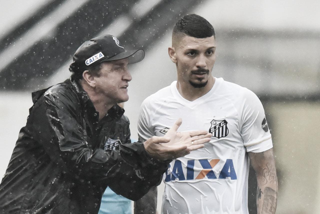 Cuca desconversa sobre pênalti duvidoso e ressalta importância de vitória do Santos no último minuto
