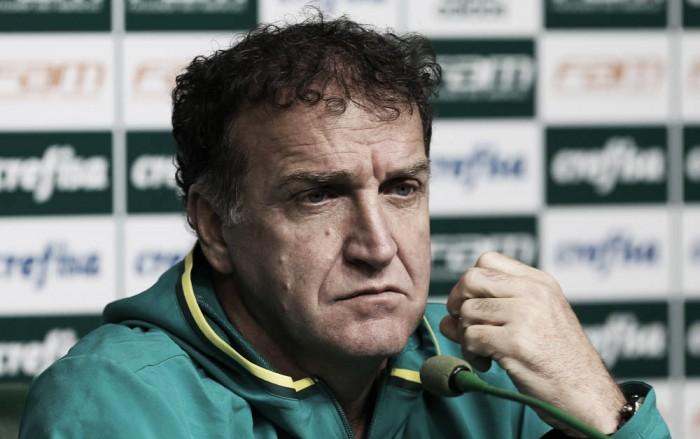 """Cuca esconde time e pede inteligência diante do Grêmio: """"Todo respeito é pouco"""""""