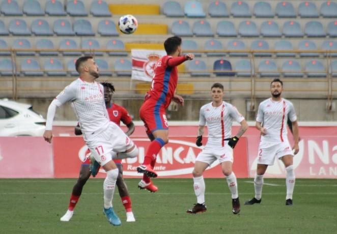 Borja López disputando un balón aéreo. Foto: Cultural y Deportiva Leonesa