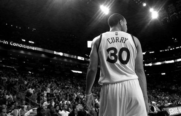 Stephen Curry se exhibe aplastando a Miami Heat