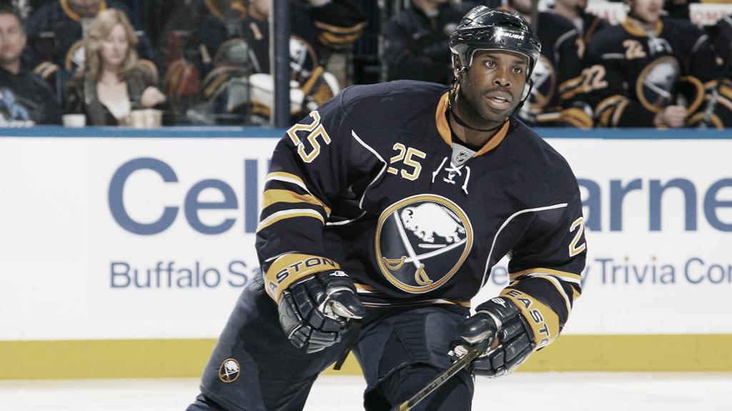 Mike Grier, el primer jugador afroamericano en llegar a los 1000 partidos en la NHL