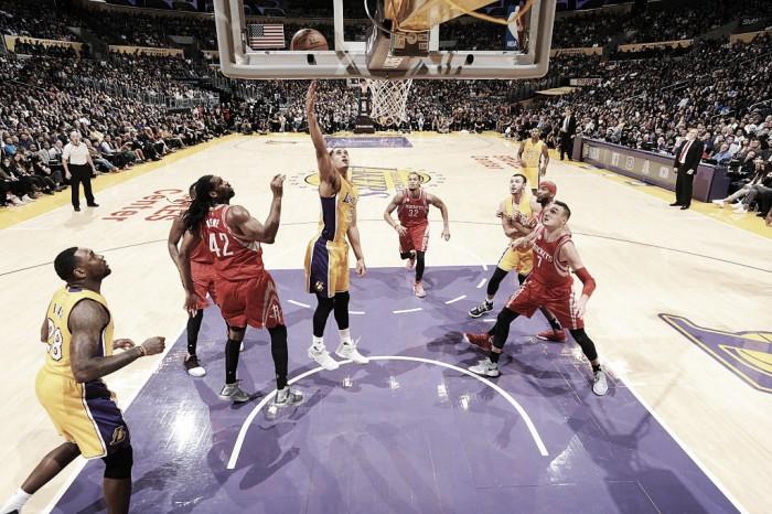 Com boa atuação de armador Jordan Clarkson, Lakers supera Rockets na estreia