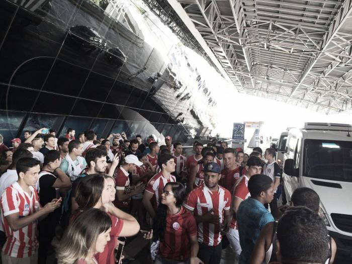 Torcida do Náutico invade aeroporto e apoia equipe antes da viagem para Santa Catarina