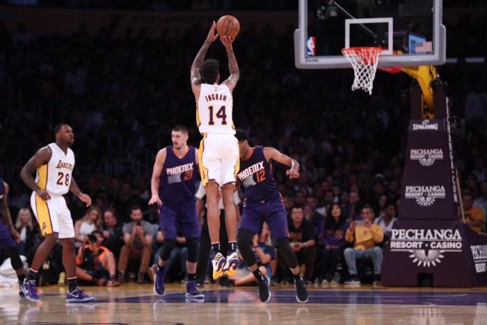 Na frente do placar durante todo o jogo, Lakers vencem Suns e engatam terceira vitória seguida