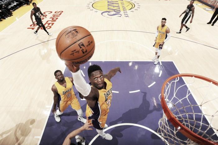 Randle hizo historia en los Lakers