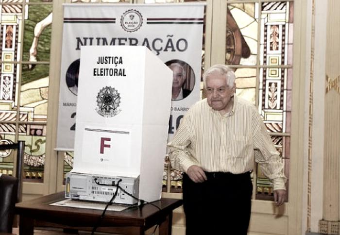 Ex-presidente e responsável pela Máquina Tricolor, Francisco Horta vota na eleição do Fluminense