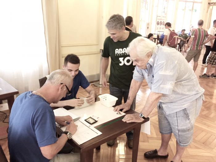 Peter Siemsen vota na eleição presidencial do Fluminense