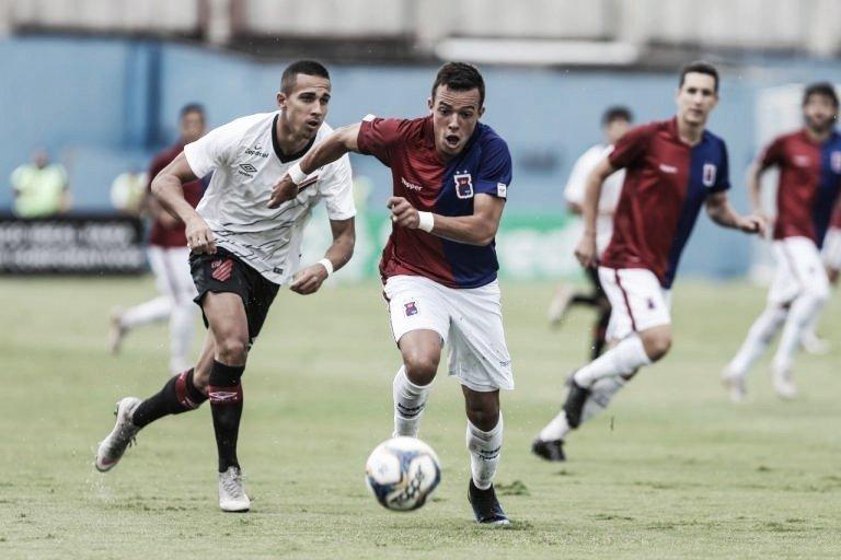 Com um gol em cada tempo, Paraná e Athletico empatam pelo Paranaense