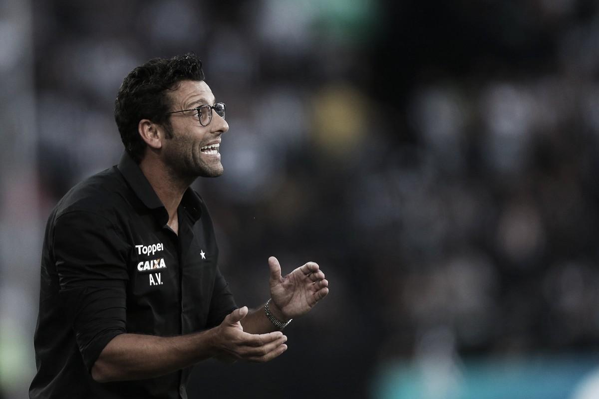 Alberto Valentim e preparador de goleiros do Cruzeiro batem boca e são contidos na saída de campo