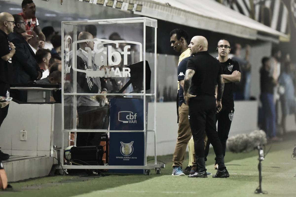 """Após vitória do Santos, Sampaoli critica protestos: """"Não se pode jogar com pressão"""""""