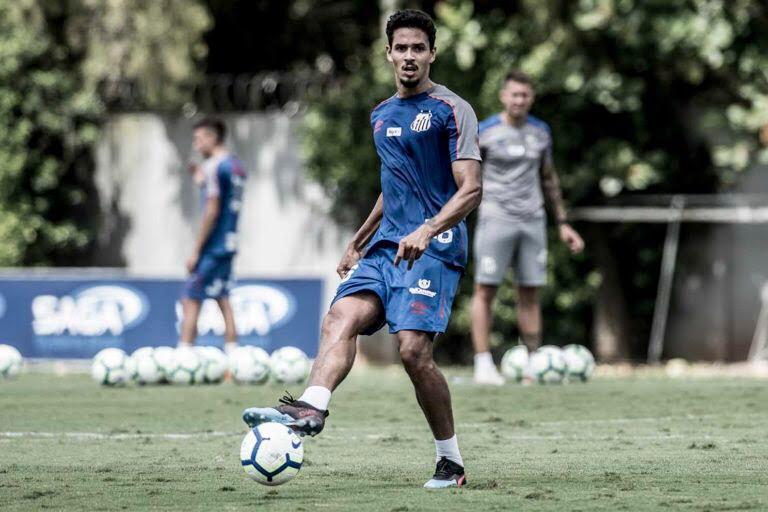 """Lucas Veríssimo frisa atenção do Santos: """"Sabemos da qualidade da equipe do Palmeiras"""""""