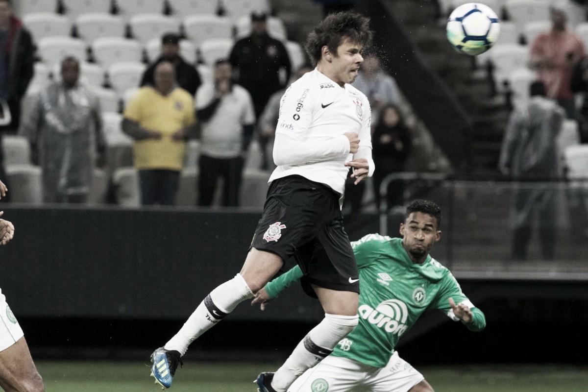 Romero marca de cabeça, Corinthians vence Chapecoense e abre vantagem na Copa do Brasil