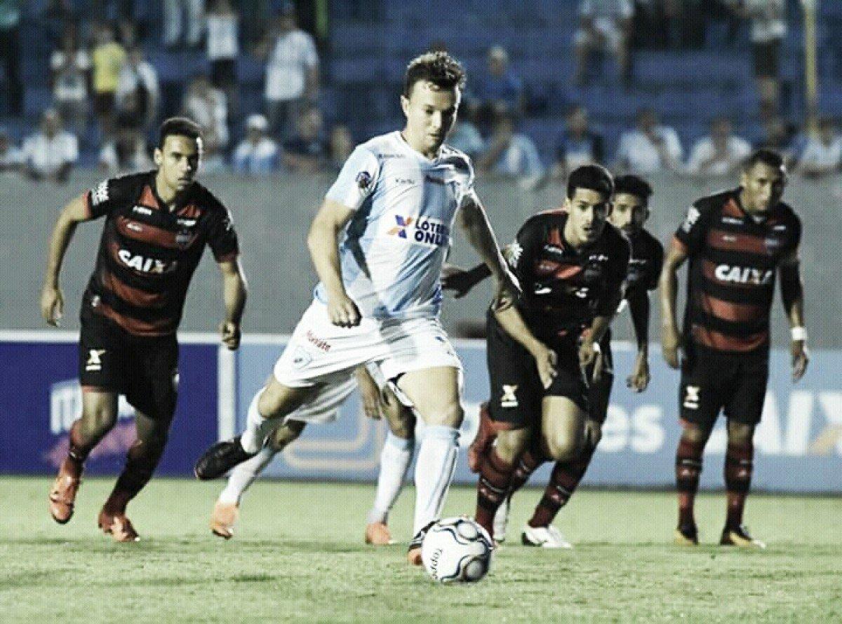 Londrina surpreende e goleia Atlético-GO com três de Dagoberto