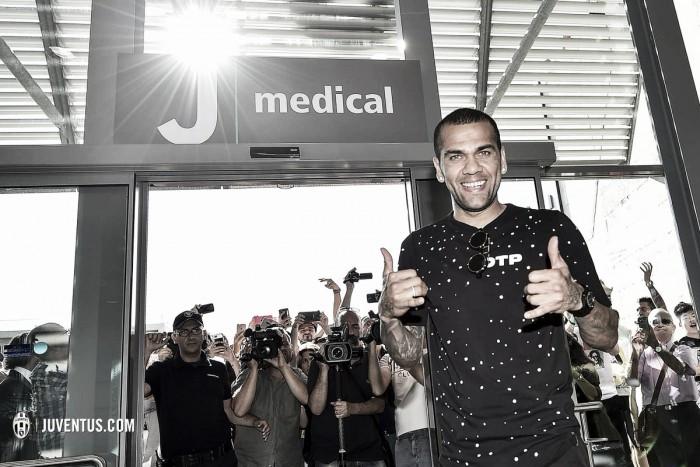 Aprovado nos exames médicos, Daniel Alves é anunciado pela Juventus