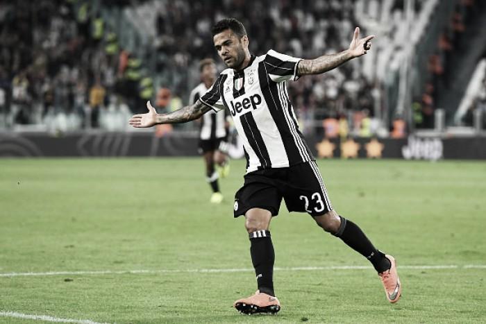 Daniel Alves marca golaço, Juventus atropela Cagliari e volta à liderança da Serie A