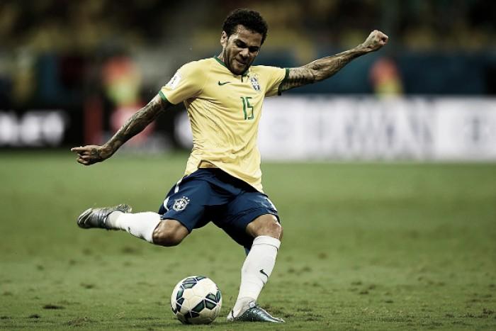 Com dores no calcanhar, Daniel Alves trata lesão no Barcelona para não perder a Copa América