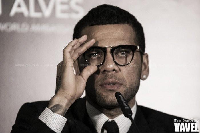 Diretor da Juventus confirma interesse em Daniel Alves; agente do lateral nega acordo