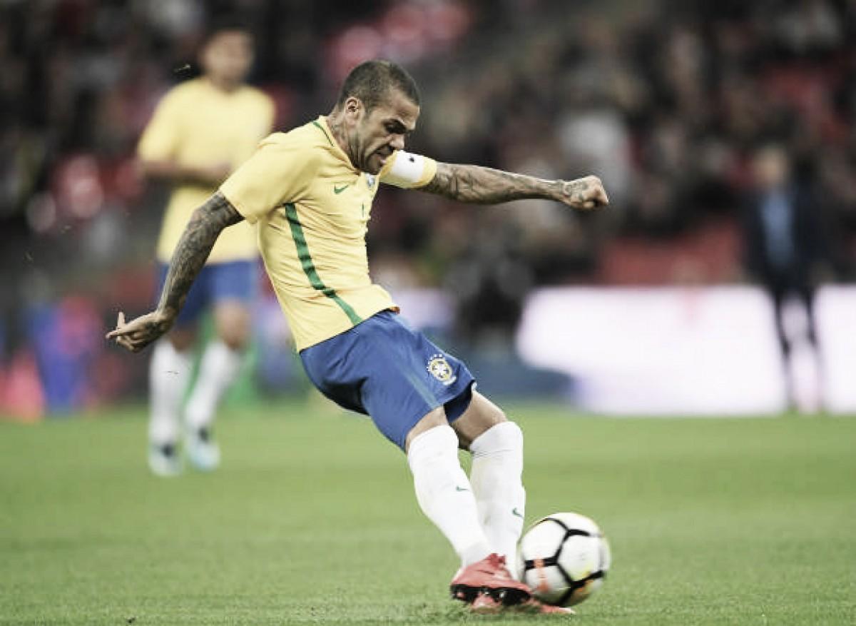 Daniel Alves deixa campo com dores e preocupa Tite para Copa do Mundo
