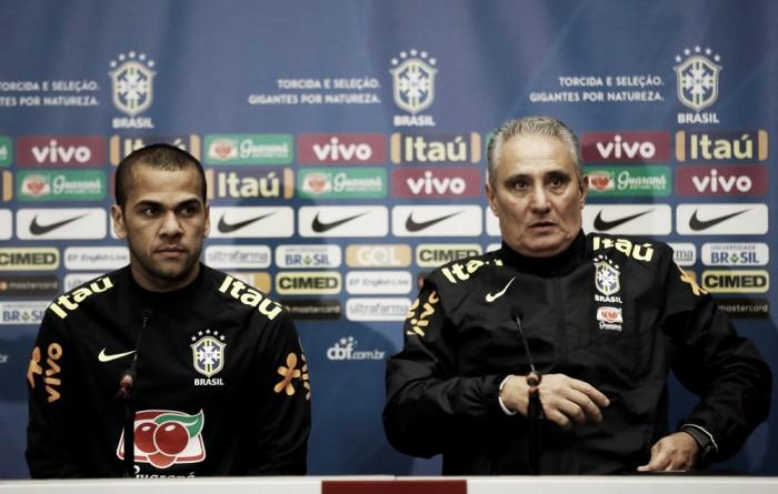 """Capitão contra a Inglaterra, Daniel Alves volta a falar em Gabriel Jesus como """"novo Ronaldo"""""""