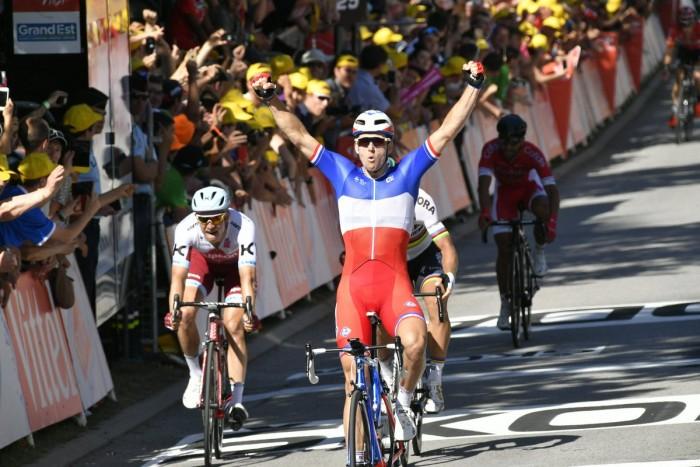 Tour de France, vince Demare tra le cadute