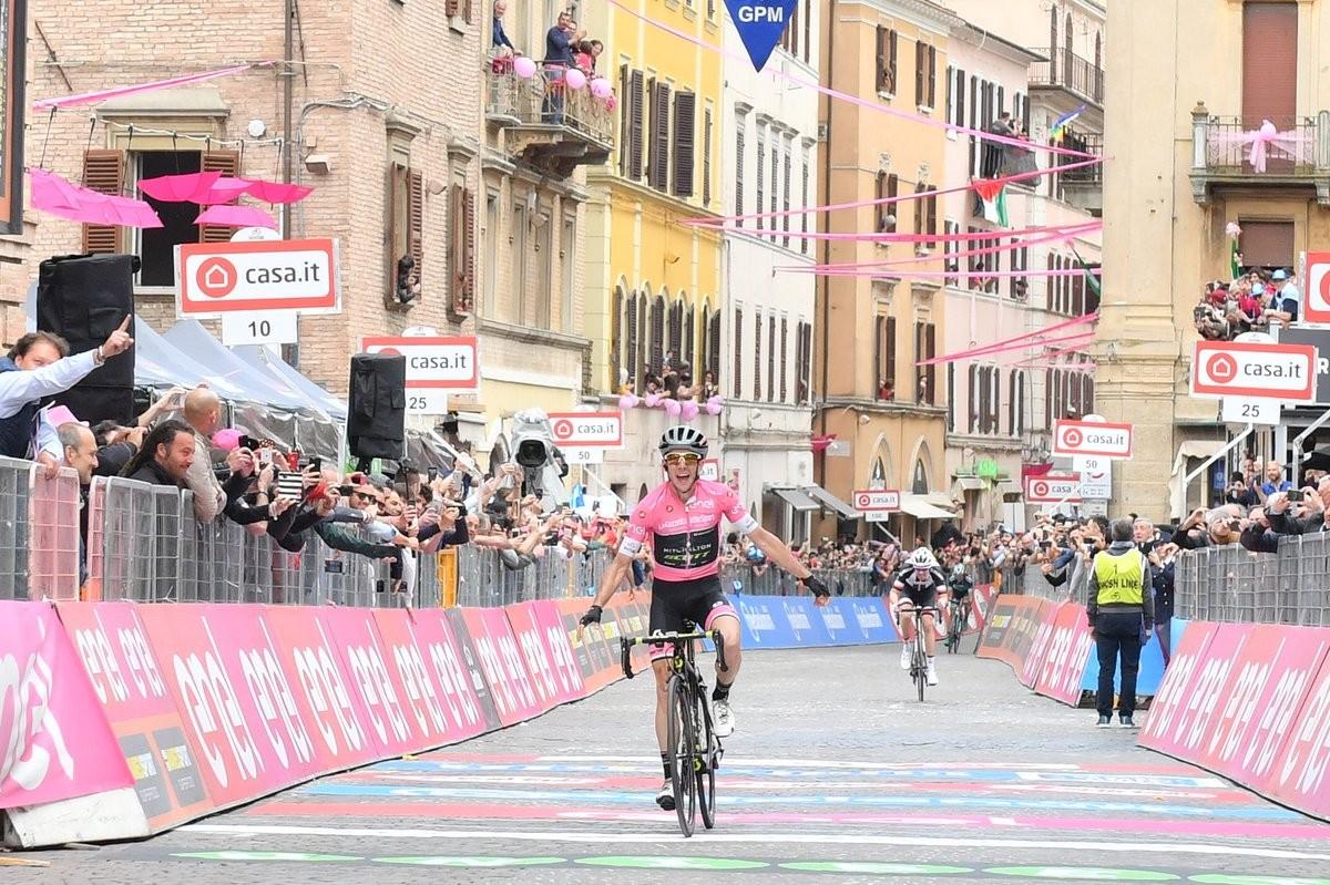 Giro d'Italia 2018 - Yates in solitaria ad Osimo, è sempre più maglia rosa