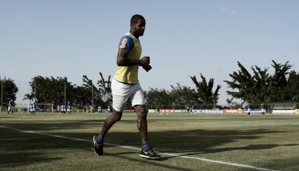 Zagueiro Dedé celebra retorno aos treinos no Cruzeiro