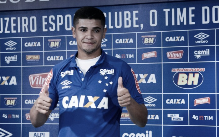 Denílson é apresentado no Cruzeiro e prevê estreia em duas ou três semanas