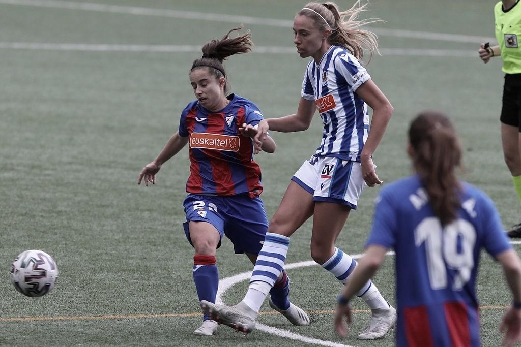 Sheila Elorza y Sanni Franssi pelean un balón en el derby // Foto: SD Eibar