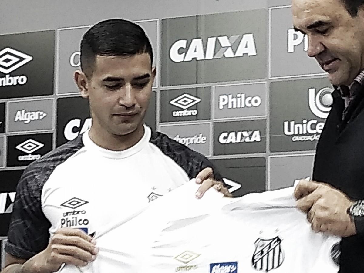 Após longa negociação, Derlis González é apresentado no Santos