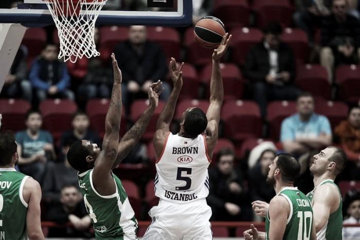 Eurolega - L'Anadolu soffre ma vince, i playoff non sono più solo un sogno (92-99)