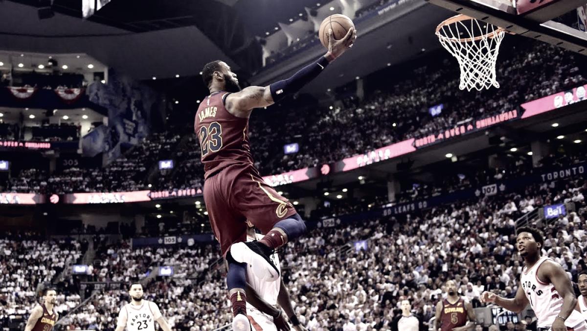 En una noche histórica de LeBron, Cleveland volvió a ganar en Toronto