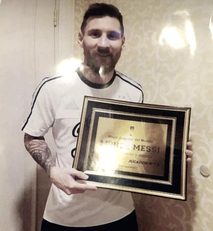 Messi, homenajeado por la 12