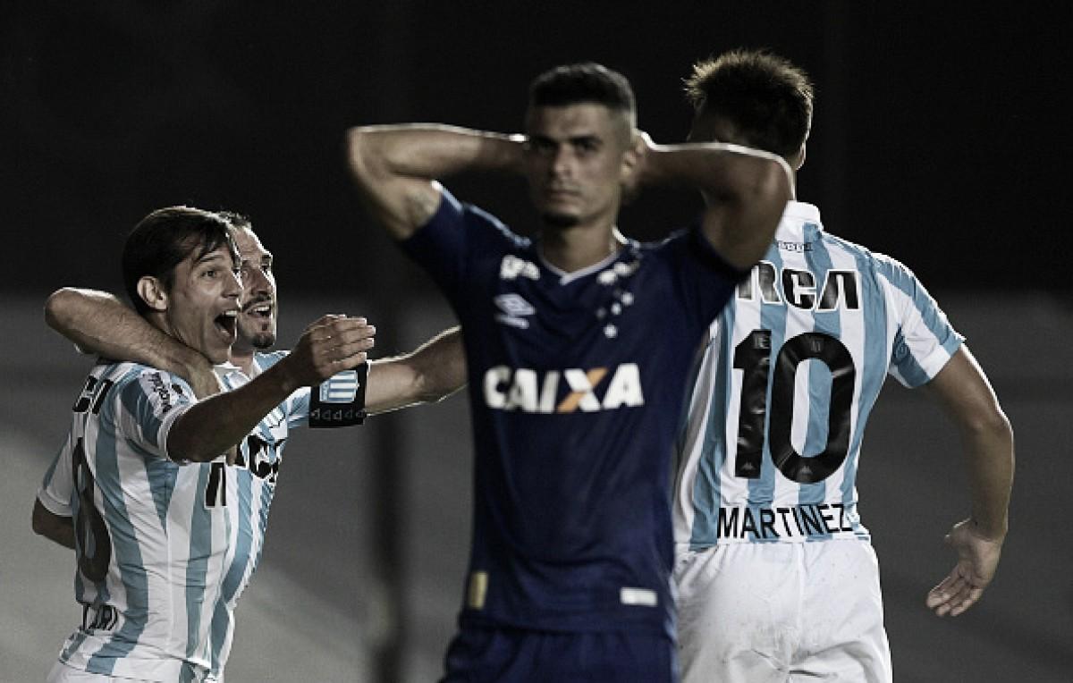be2e7975d7b Cruzeiro falha na defesa e estreia com derrota diante do Racing na  Libertadores
