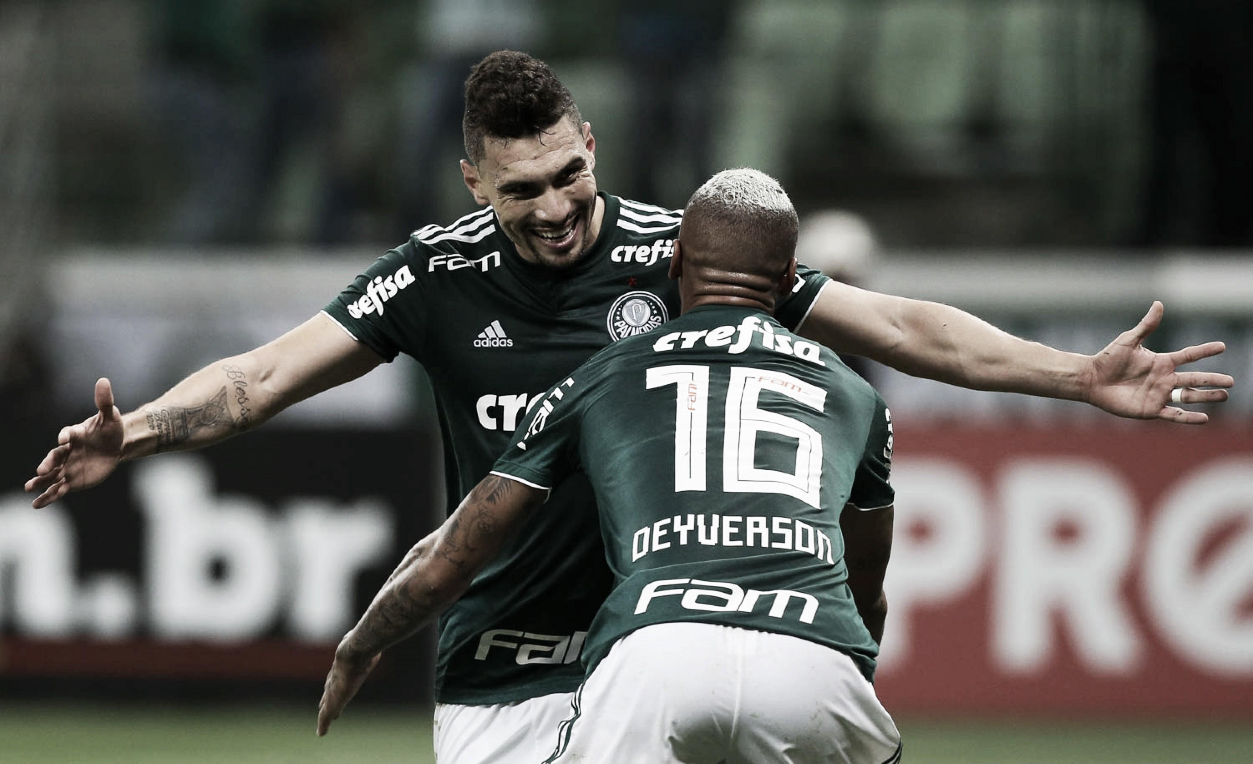 Deyverson brilha, Palmeiras vence Corinthians e encosta nos líderes do Brasileirão