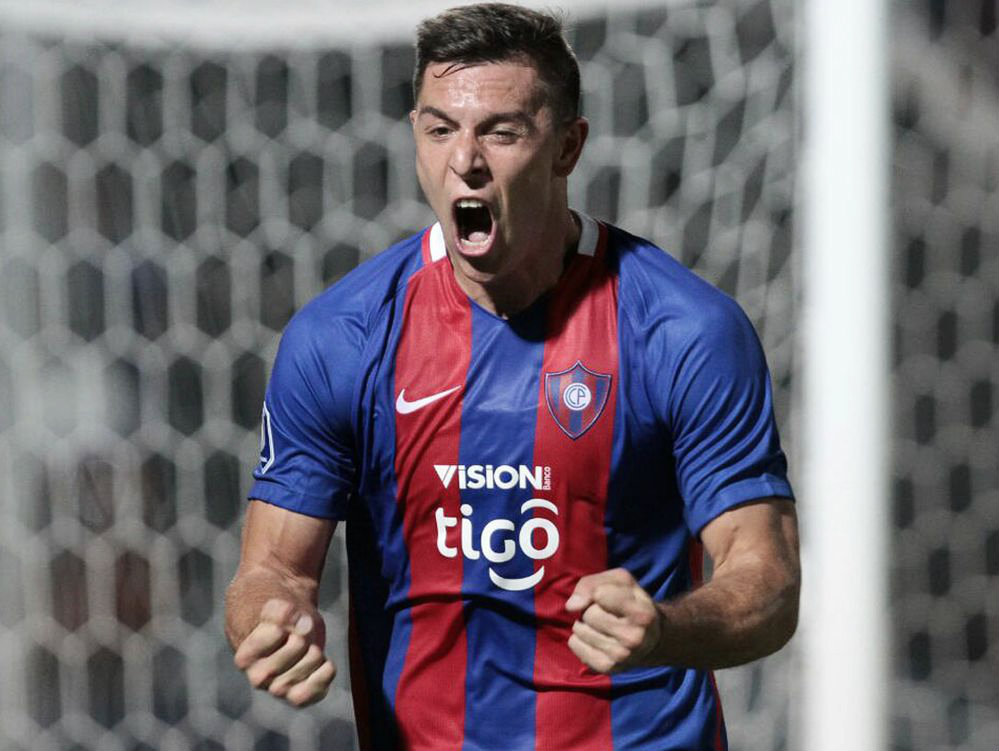León puso oferta por Diego Churín