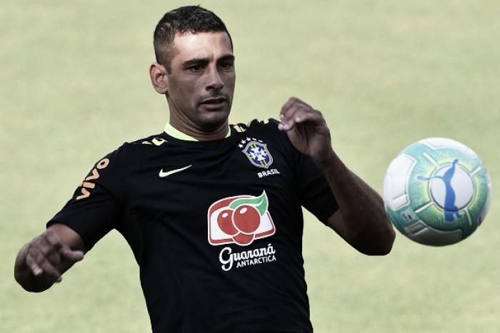 Sem Firmino, Seleção treina com Diego Souza no comando do ataque