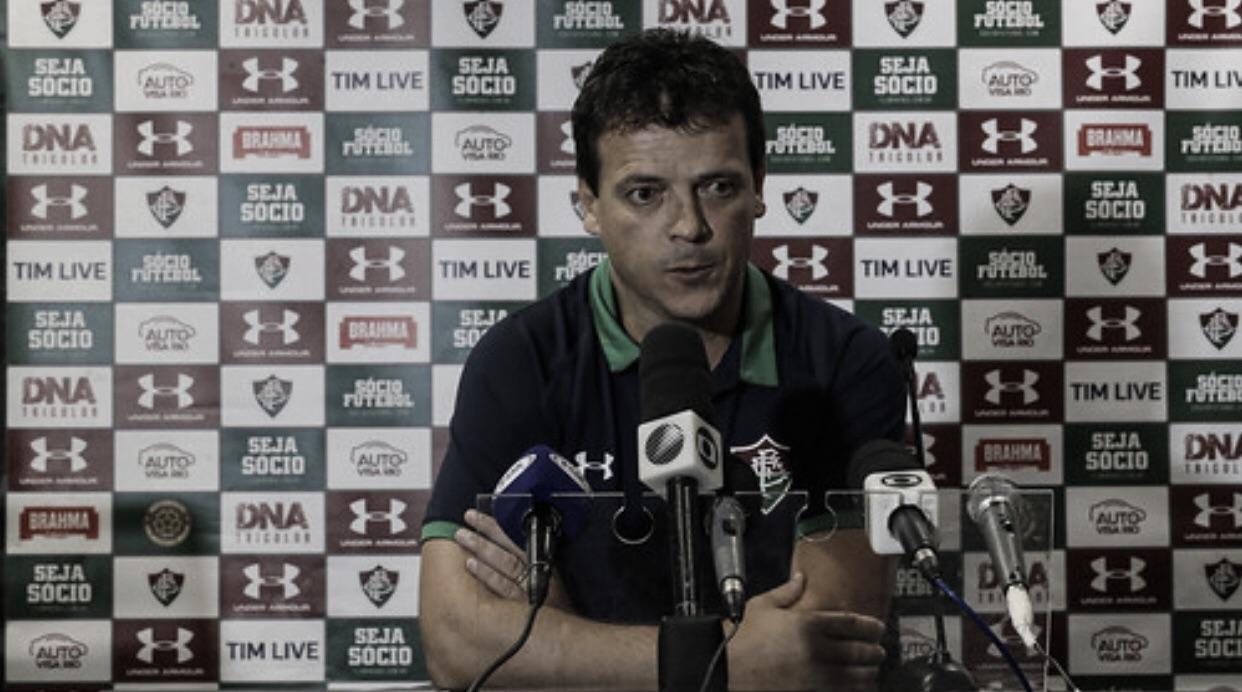 """Após derrota, Diniz reclama de pênalti marcado contra o Flu: """"Não tinha onde colocar a mão"""""""
