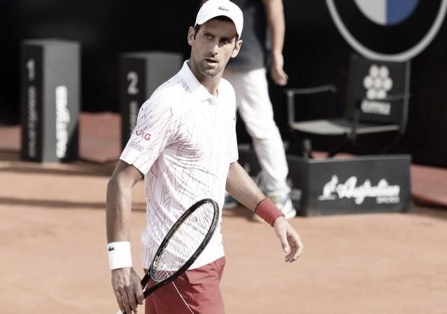 Djokovic no brilla, pero está en semifinales
