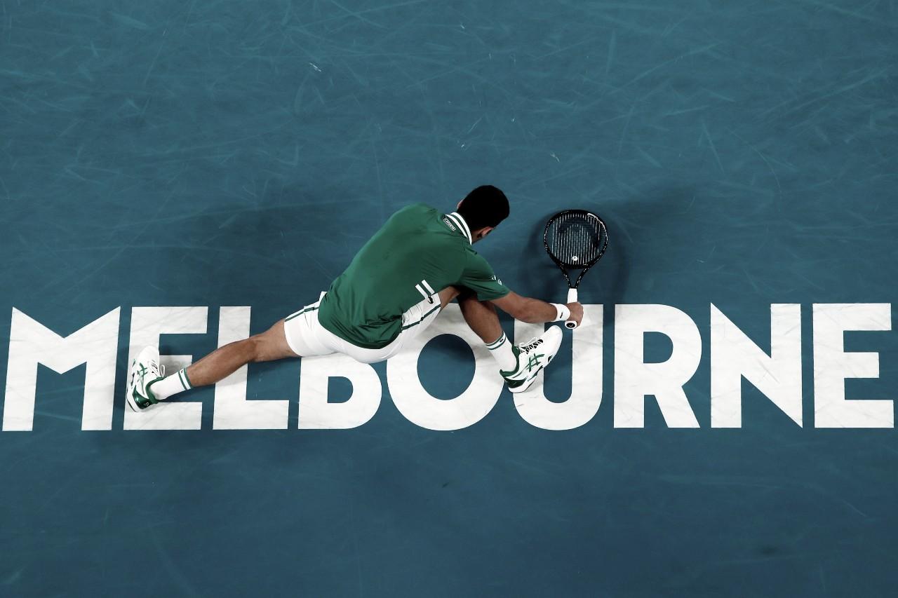 Djokovic sofre fisicamente, mas bate Fritz em cinco sets e segue no Australian Open