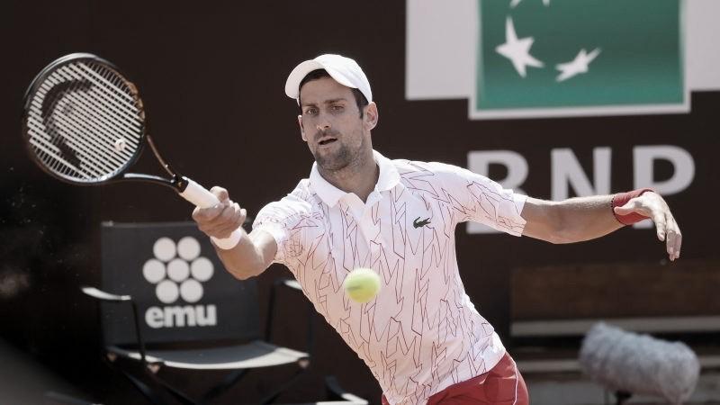 Em seu retorno às quadras após desqualificação no US Open, Djokovic vence Caruso e avança em Roma