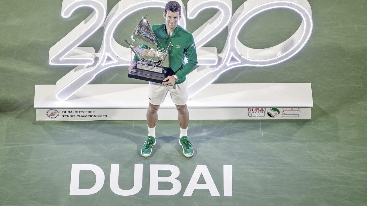 Djokovic bate Tsitsipas na final em Dubai e mantém invencibilidade no ano