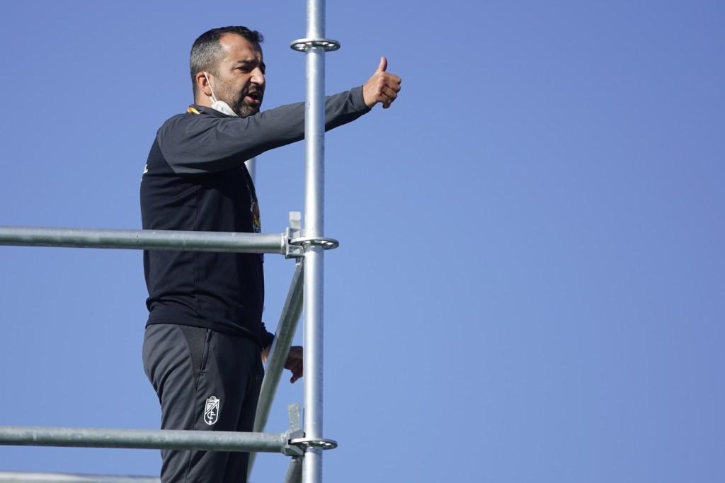 Diego Martínez supervisa un entrenamiento semanal del equipo desde un andamio. FOTO: Granada CF / Pepe Villoslada