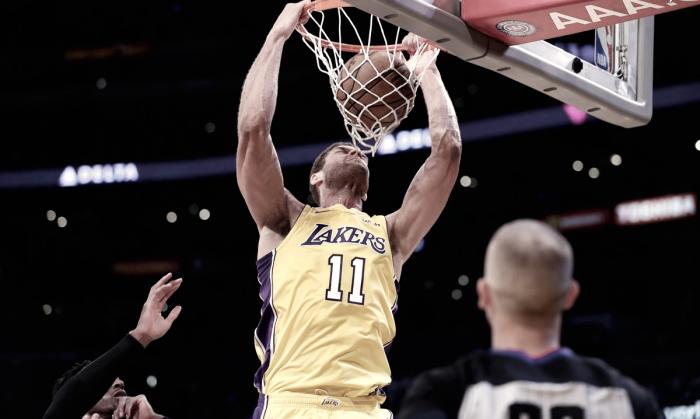 Brook Lopez brilha, Lakers batem Nets e conquistam quarta vitória na temporada