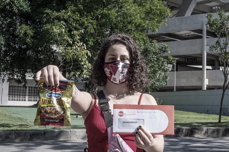 Em nova ação da campanha Nação Solidária, Flamengo faz doações a ambulantes do Maracanã