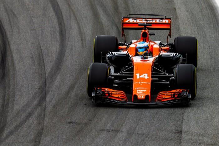 """F1, McLaren - Alonso show anche ad Interlagos: """"Dovrei essere il miglior difensore dell'anno"""""""