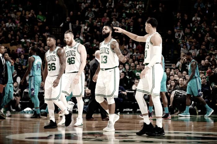 Irving se machuca no começo, mas Celtics superam Hornets e conquistam 11ª vitória seguida