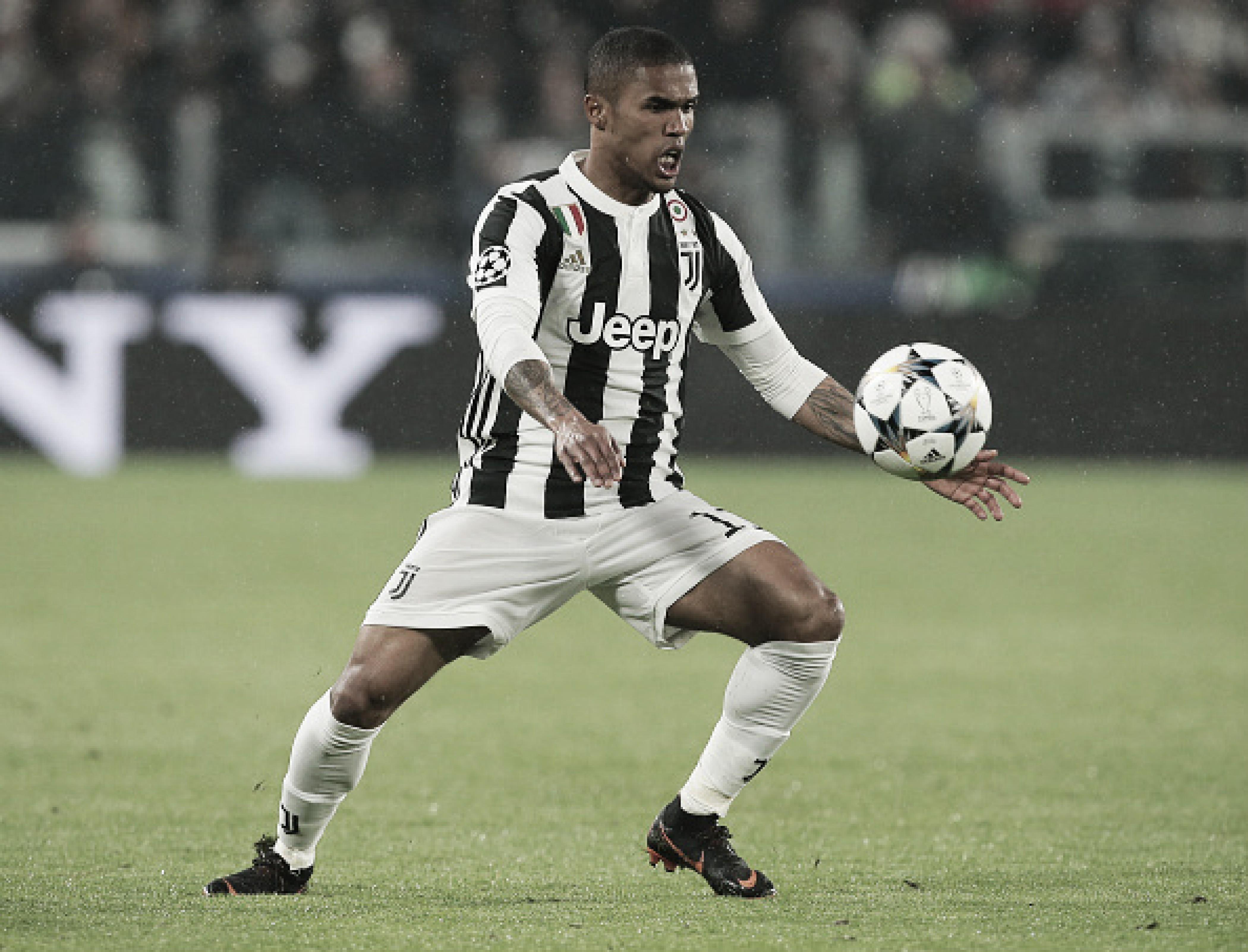 Douglas Costa é suspenso por quatro partidas após cusparada em jogo da Juventus