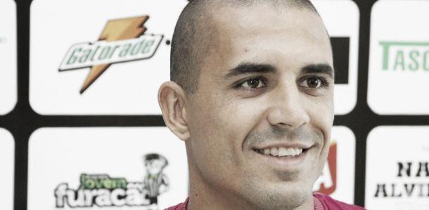 Douglas Silva aparece no Bira, mas ainda não pode estrear