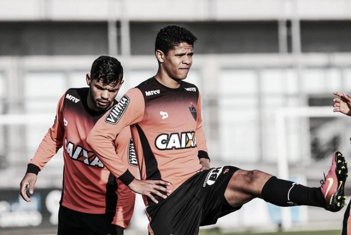 De volta ao Atlético-MG, Douglas Santos treina e deve enfrentar o Internacional