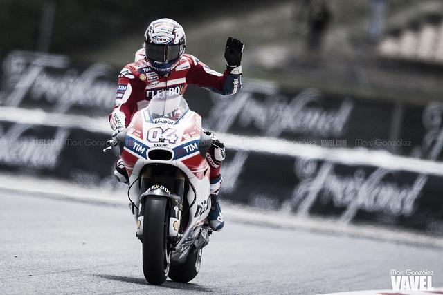 Andrea Dovizioso saldrá desde la pole y complica el título a Márquez